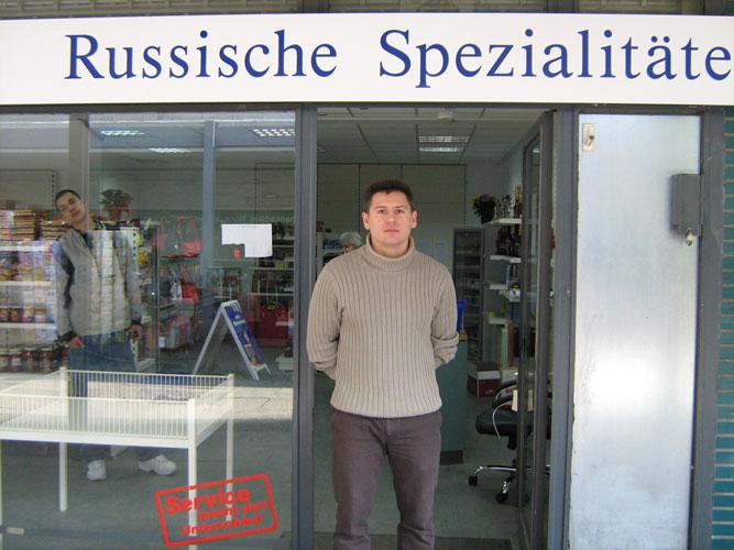 Eduard vor seinem Laden im Posthausweg