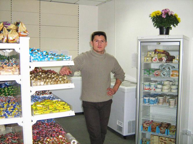 Eduadr in seinem Laden am Süssigkeitenregal